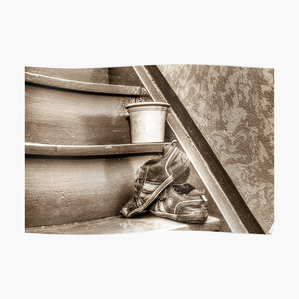 Alte Kinderschuhe auf einer Treppe - Sepia Poster