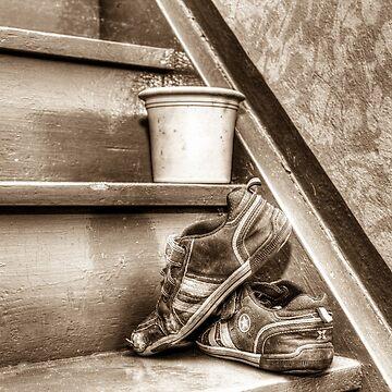 Alte Kinderschuhe auf einer Treppe - Sepia von pASob-dESIGN