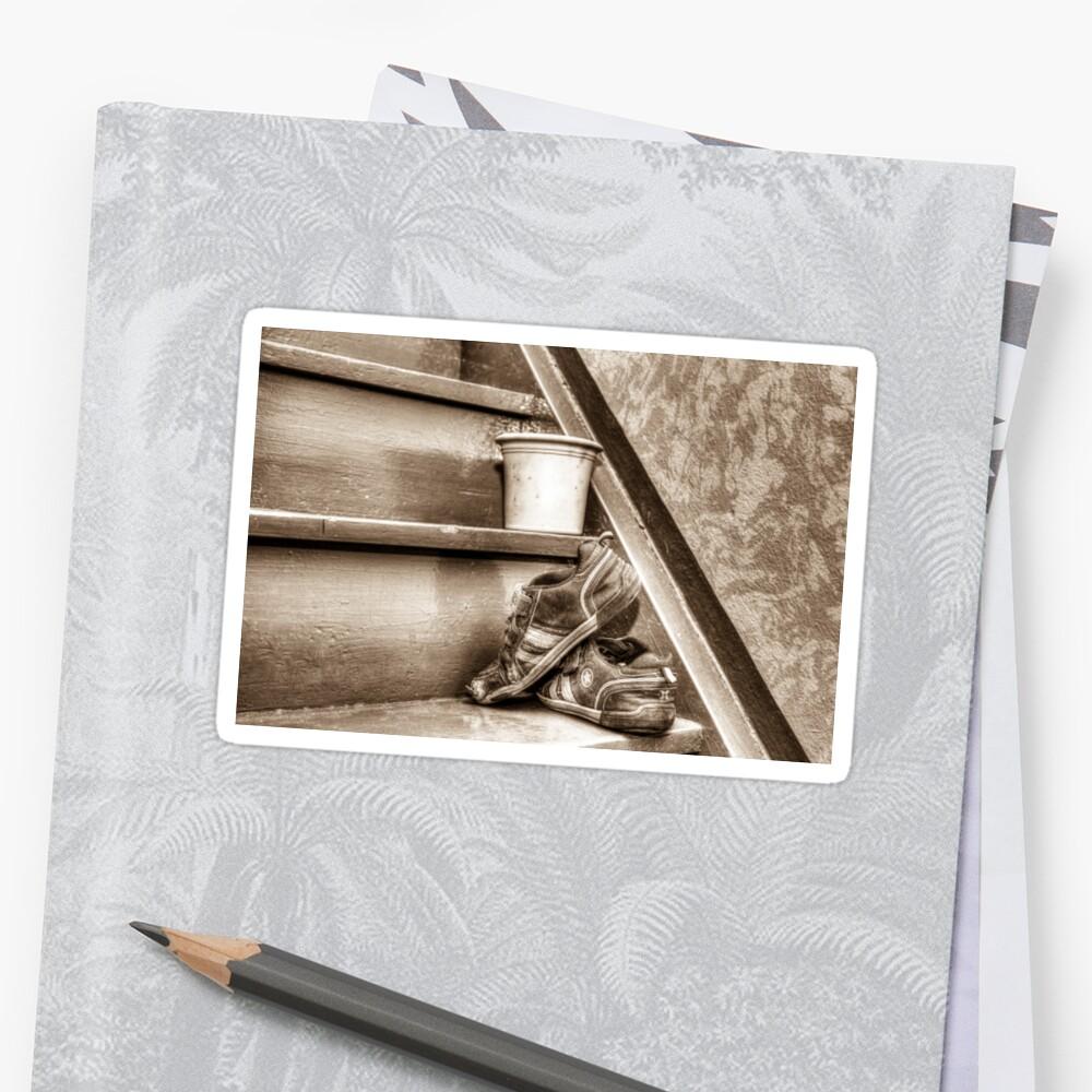 Alte Kinderschuhe auf einer Treppe - Sepia Sticker
