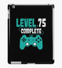 Gamer Shirt Level 75 Complete Gaming Birthday Gift Tee iPad-Hülle & Klebefolie