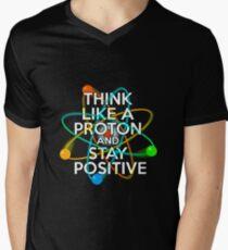 Denken Sie wie ein Proton und bleiben Sie positiv T-Shirt mit V-Ausschnitt für Männer