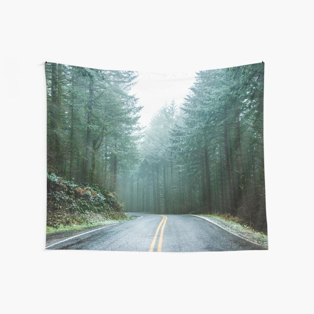 Forest Road Trip - Nebeliger Tag Tannenbäume Pacific Northwest Adventure Wandbehang