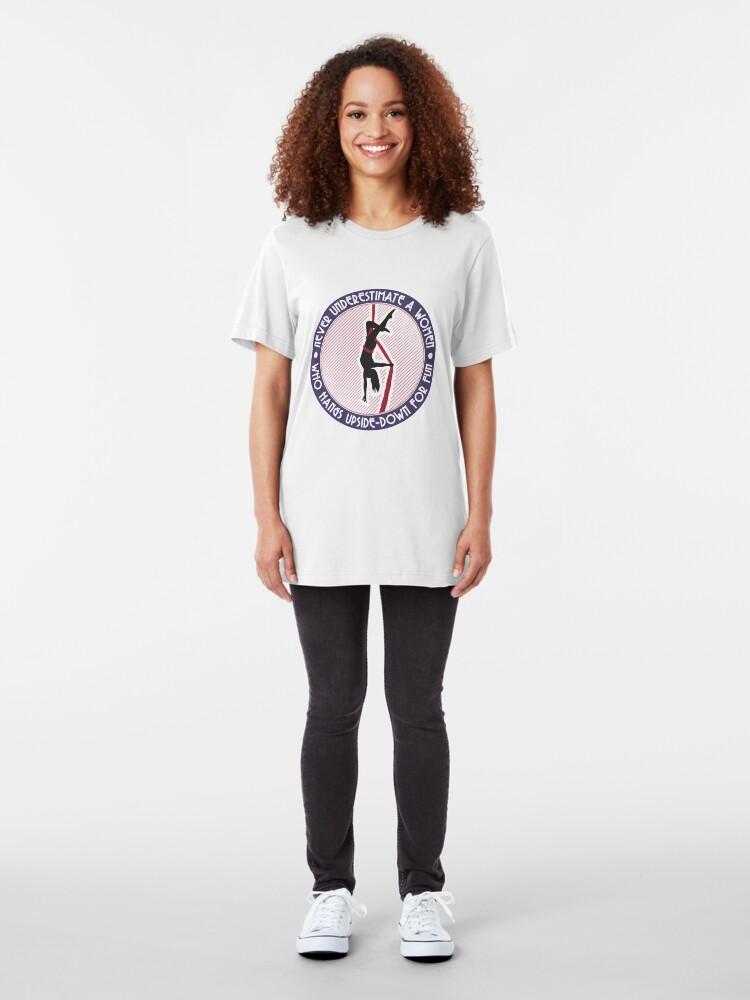 Alternative Ansicht von Unterschätzen Sie niemals eine Frau, die zum Spaß auf dem Kopf steht - Lufttanz-Geschenk Slim Fit T-Shirt