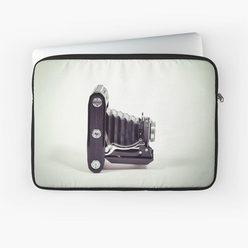 Fotografie - alte analoge Kamera von der Seite Laptoptasche