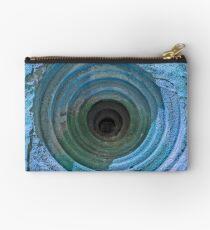 Geheimnisvolles Loch im Berghang: Aqua Blue Version Täschchen