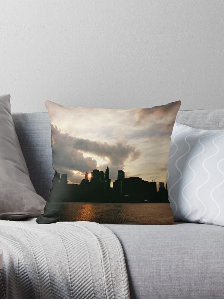 «New York City Skyline in Silhouette at Sunset» de Vivienne Gucwa