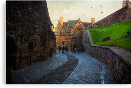 Steep Hill - Edinburgh Castle by Yannik Hay
