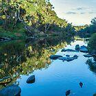 Blackwood River Rocks, Bridgetown, Westaustralien von Elaine Teague