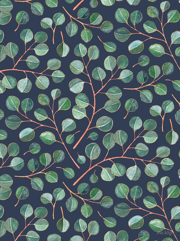 Einfache silberne Dollar-Eukalyptus-Blätter auf Marineblau von micklyn