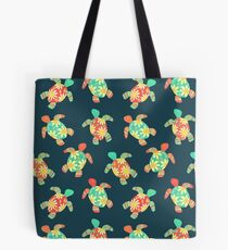 Nette Blumen-Kinderhippie-Schildkröten auf Dunkelheit Tote Bag