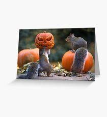 Eichhörnchen mit einem Kürbis auf seinem Kopf Grußkarte
