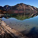 Reflection at the shore by Daidalos