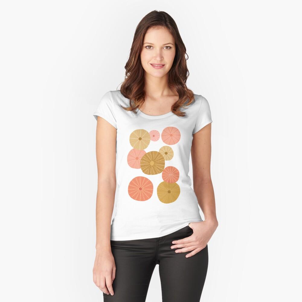 Seeigel in Gold + Koralle Tailliertes Rundhals-Shirt