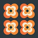 Retro Blumen - Orange und Holzkohle von daisy-beatrice