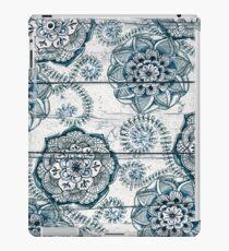 Shabby Chic Marineblau kritzelt auf Holz iPad-Hülle & Klebefolie