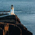 Neist Point Lighthouse auf der Isle of Skye, Schottland von marinaweishaupt