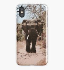 Ein Elefant, der auf rote Sand-Karikatur-Zeichnung geht iPhone-Hülle & Cover