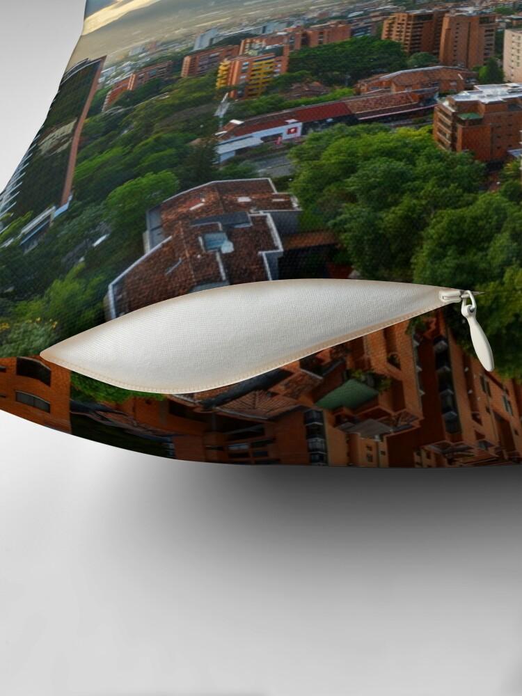 Alternative Ansicht von Medellin an einem sonnigen Nachmittag Dekokissen