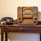 Altes Telefon und Radio von Manon Boily