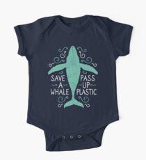 Anti Plastic Whale - Rette einen Wal Pass Up Plastic - Color Version Baby Body Kurzarm