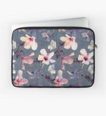Funda para portátil Mariposas y flores de hibisco - un patrón pintado