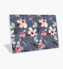Schmetterlinge und Hibiskus-Blumen - ein gemaltes Muster Laptop Folie