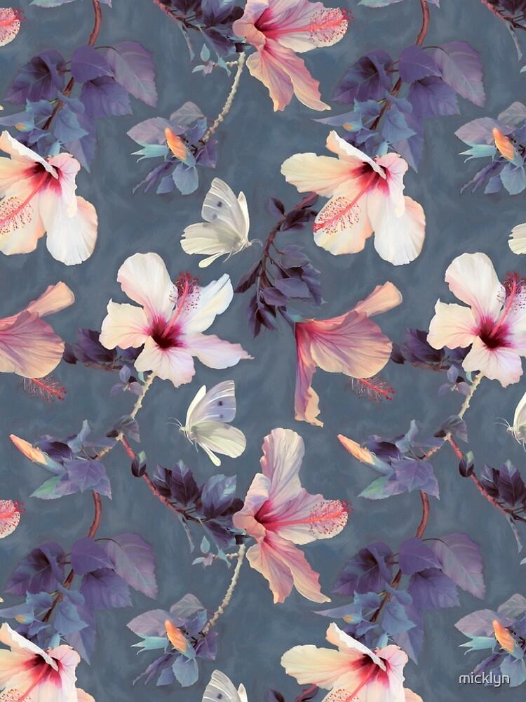 Mariposas y flores de hibisco - un patrón pintado de micklyn