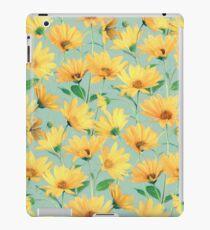 Gemalte goldene gelbe Gänseblümchen auf weichem Salbeigrün iPad-Hülle & Klebefolie