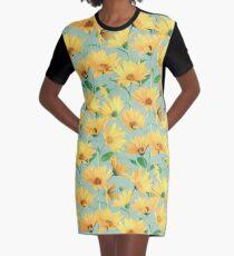 Gemalte goldene gelbe Gänseblümchen auf weichem Salbeigrün T-Shirt Kleid