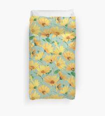 Gemalte goldene gelbe Gänseblümchen auf weichem Salbeigrün Bettbezug