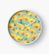 Reloj Margaritas amarillas doradas pintadas en verde salvia suave
