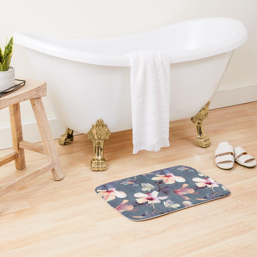 Mariposas y flores de hibisco - un patrón pintado Alfombra de baño