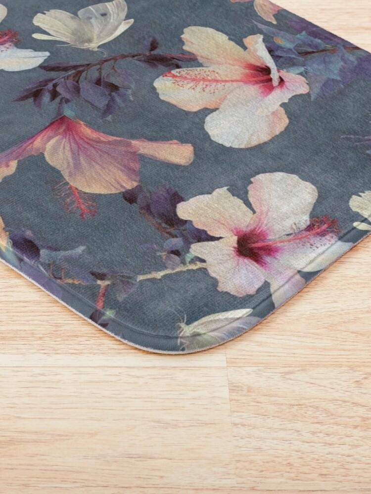 Vista alternativa de Alfombra de baño Mariposas y flores de hibisco - un patrón pintado