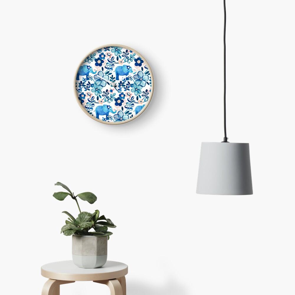 Rosa, weißer und blauer Elefant und Blumenaquarell-Muster erröten Uhr