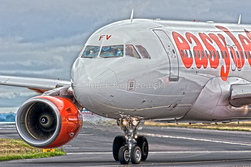 easyJet Airbus 319 by Pirate77