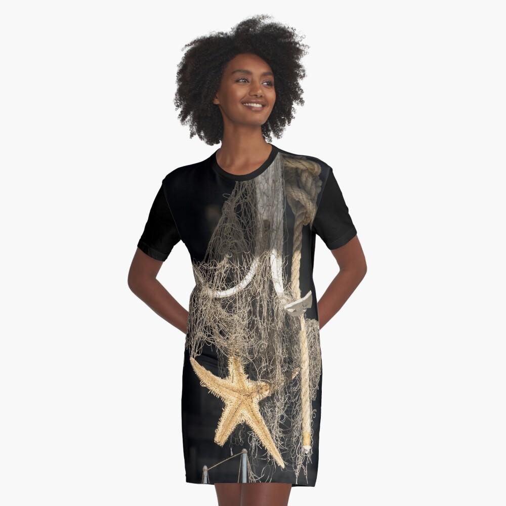 Sonnenbeschiene Seeanzeige in einem Meeresfrüchte-Restaurant-Fenster T-Shirt Kleid