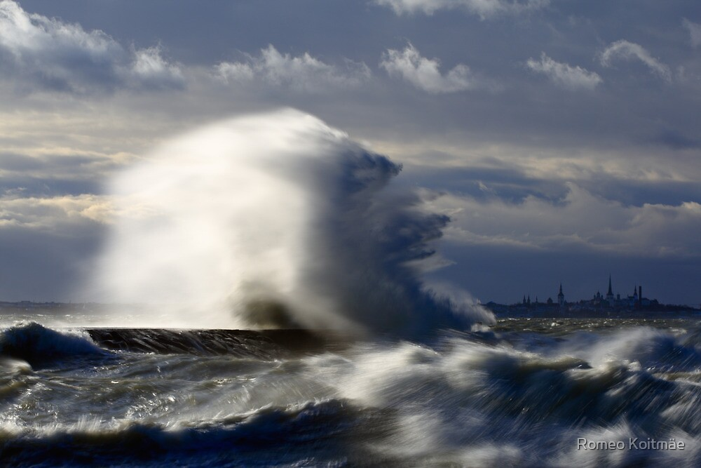 Wave splash at the pier by Romeo Koitmäe