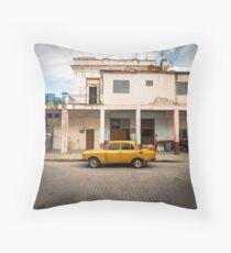 Helles gelbes Weinleseauto in La Havana, Kuba. Bodenkissen
