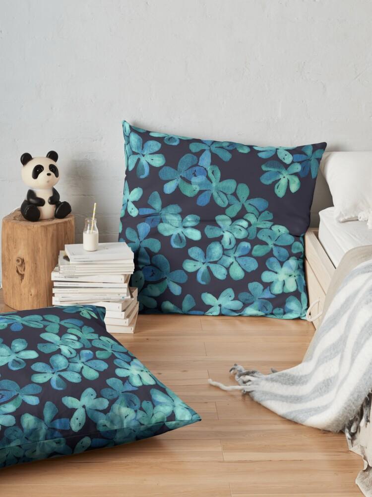 Vista alternativa de Cojines de suelo Patrón floral pintado a mano en azul marino y verde azulado