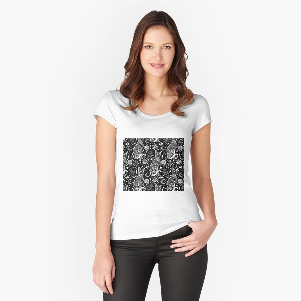 Diseño abstracto de los gatos del espacio. Camiseta entallada de cuello ancho