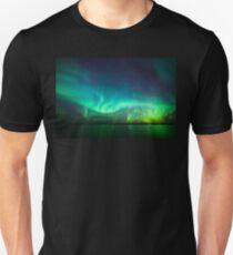 Nordlichter leuchten über dem See Slim Fit T-Shirt