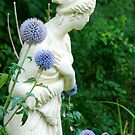 Statue and flower by julie08