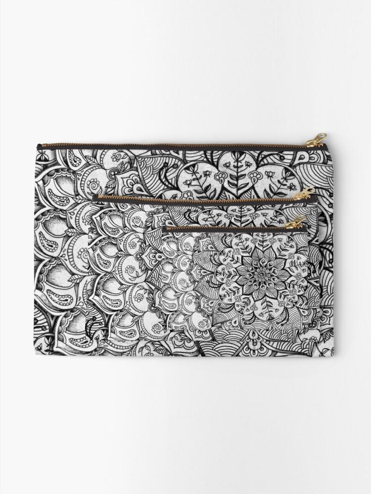 Alternative Ansicht von Grautöne - mono floral Doodle Täschchen