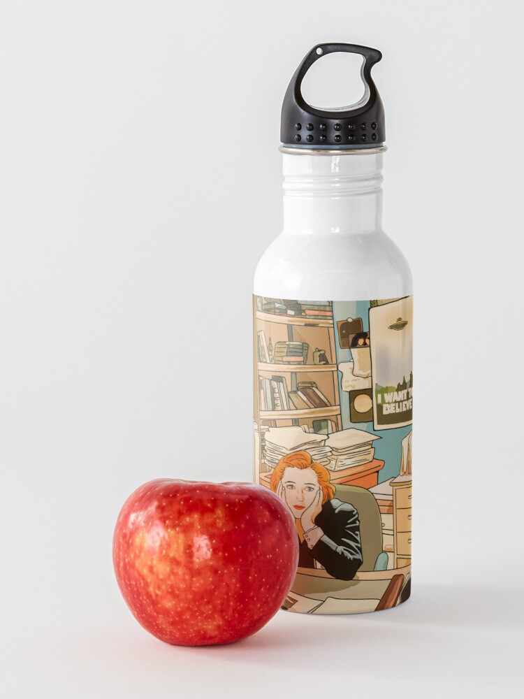 Alternate view of The skeptical Dana Scully in the Mulder's office The X Files ( more 70 designs XFiles in my shop) Water Bottle