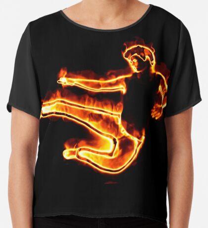 Brennender Mann in einem Sprung Chiffontop