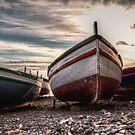 Vecchie barche sulla riva by Andrea Rapisarda