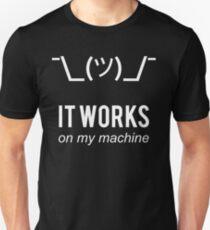 Camiseta ajustada Shrug It Works On My Machine Programador divertido Excusa Diseño blanco
