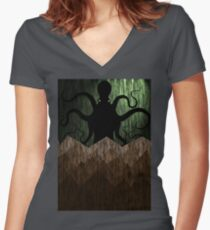 Cthulhu's mountains of madness - green Women's Fitted V-Neck T-Shirt