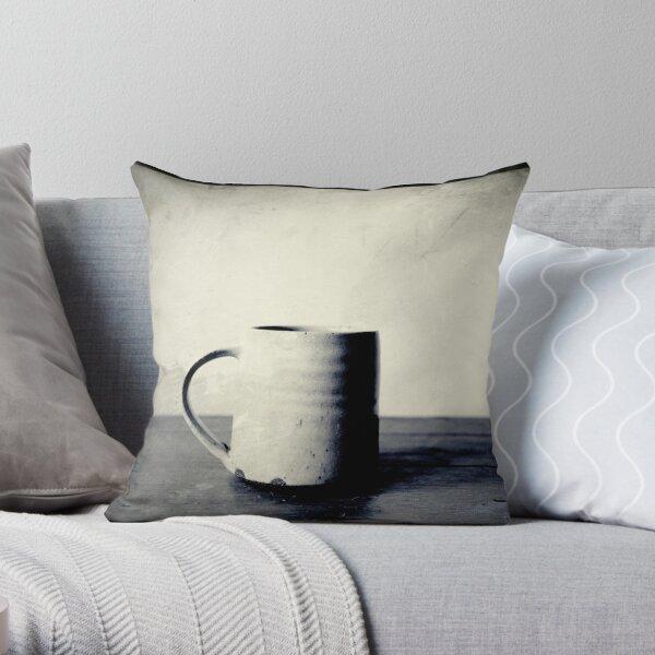 Tasse kaffee auf einem Tisch Throw Pillow