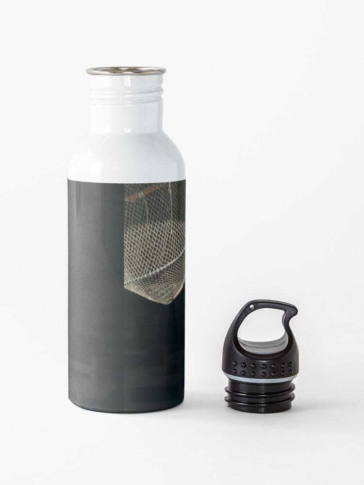 Alternative Ansicht von Sonnenbeschiene Seeanzeige in einem Meeresfrüchte-Restaurant-Fenster Trinkflasche